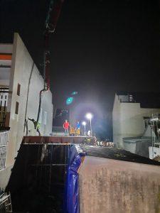 Các công nhân làm việc cả đêm để kịp tiến độ